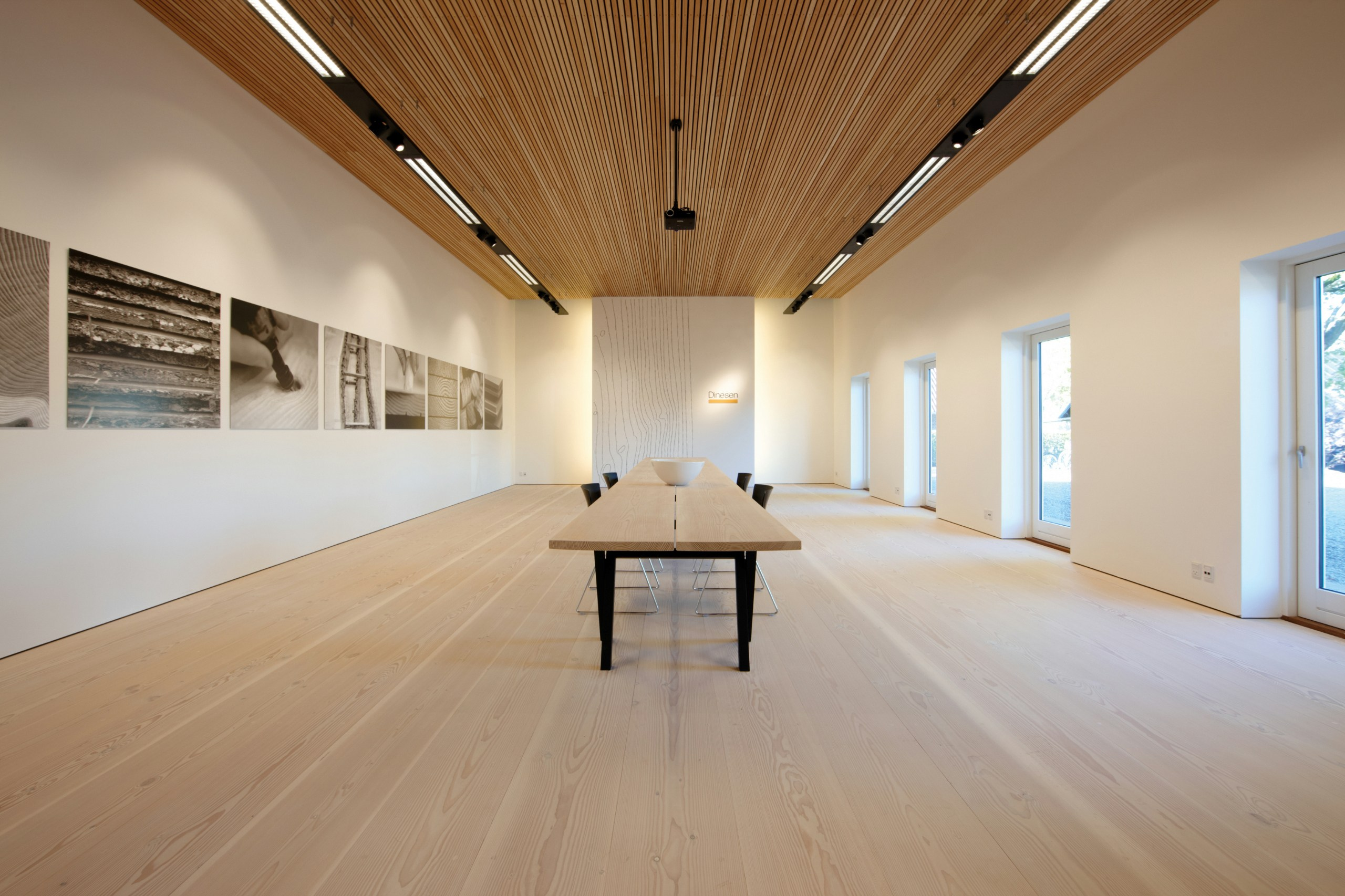abgeh ngte decke mit holz effekt dinesen ceiling by dinesen. Black Bedroom Furniture Sets. Home Design Ideas