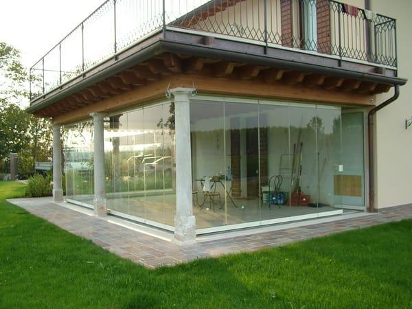 Vetrata pieghevole in alluminio senza telaio giemme system for Arredo x terrazzi