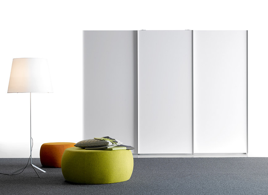 lackierter kleiderschrank mit schiebet ren by treku. Black Bedroom Furniture Sets. Home Design Ideas