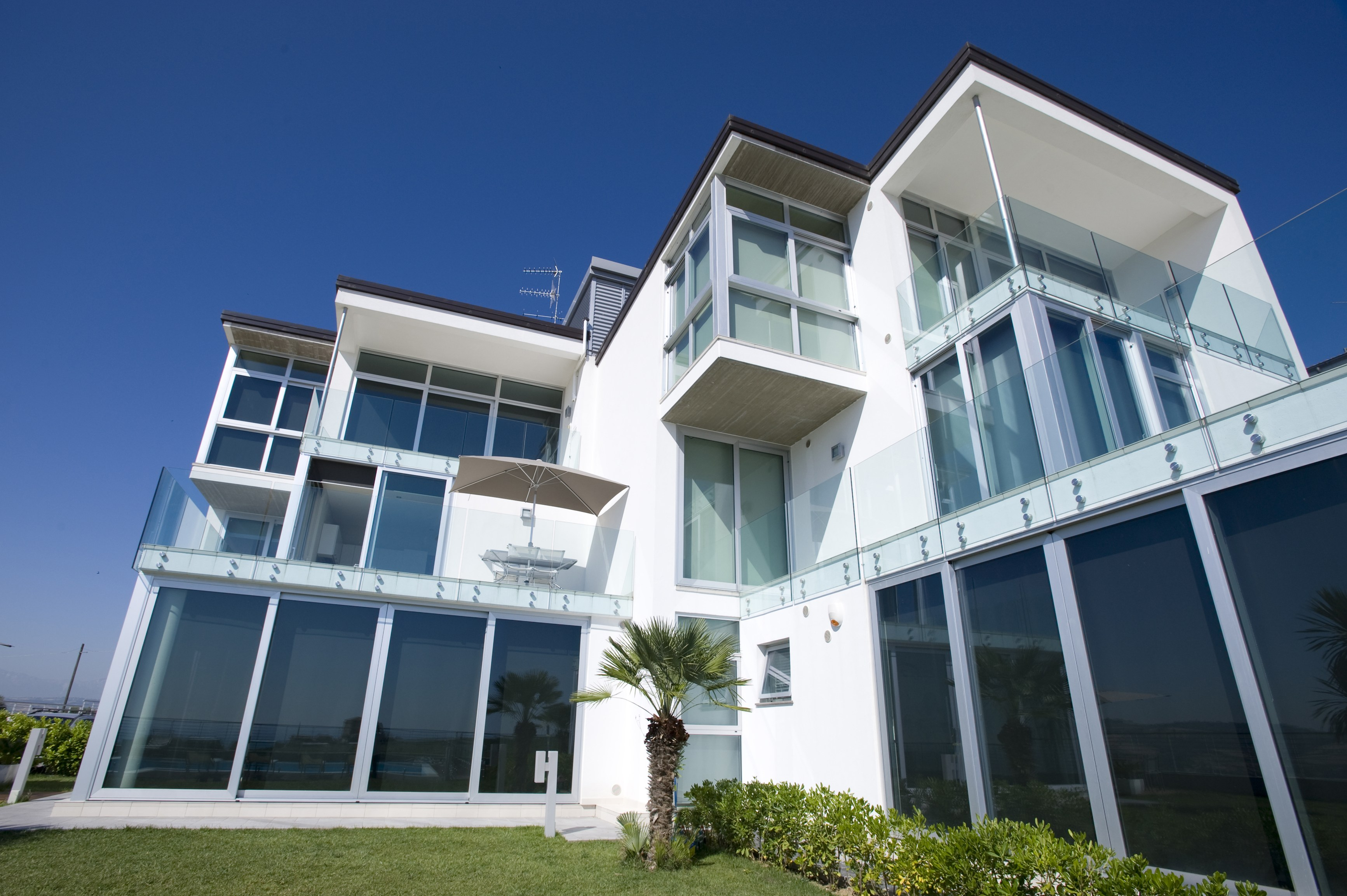 Прочные и универсальные алюминиевые окна приобретают все большую популярность