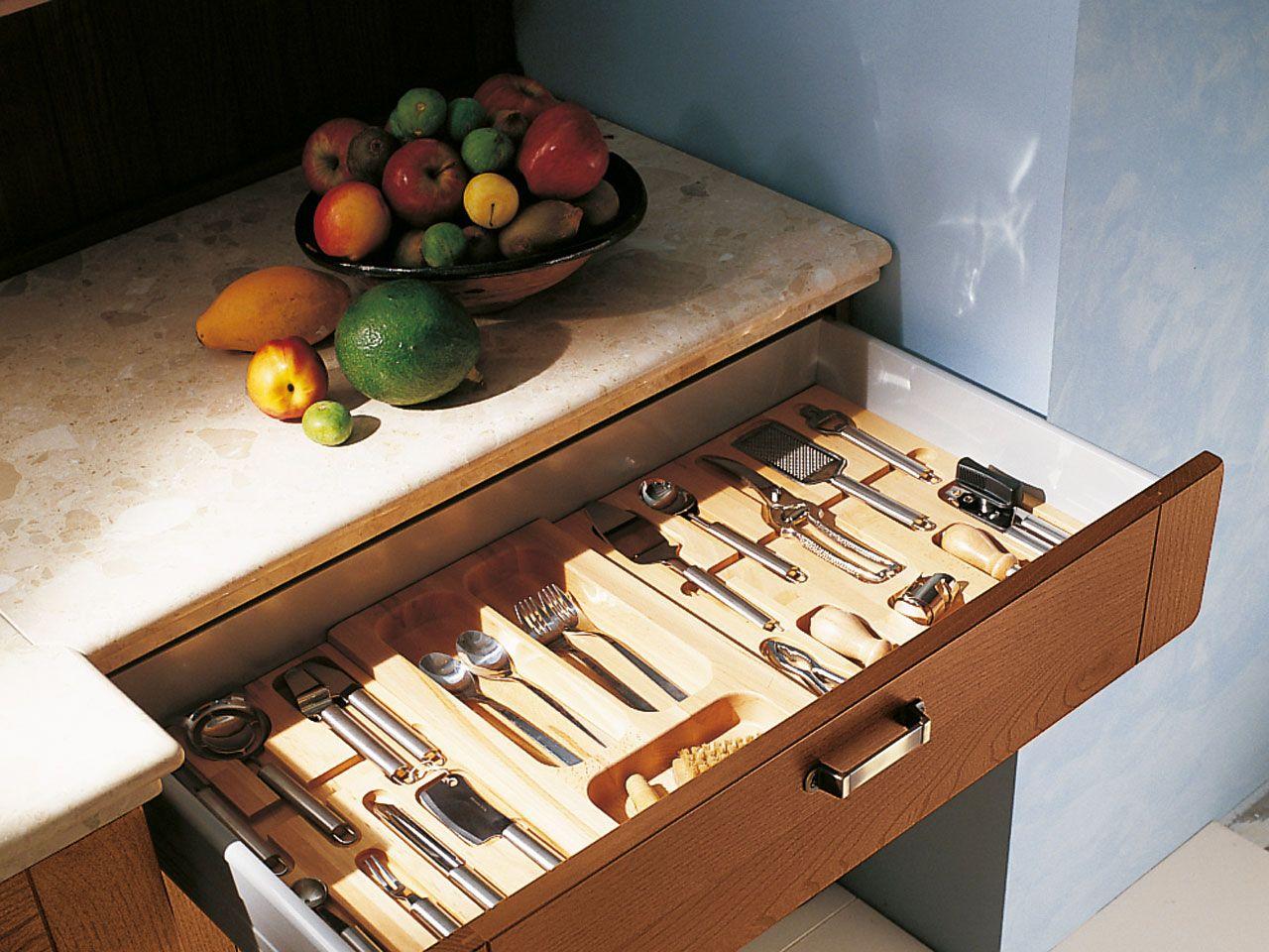 Cucina in pioppo con maniglie integrate collezione erica for Maniglie cucina lube