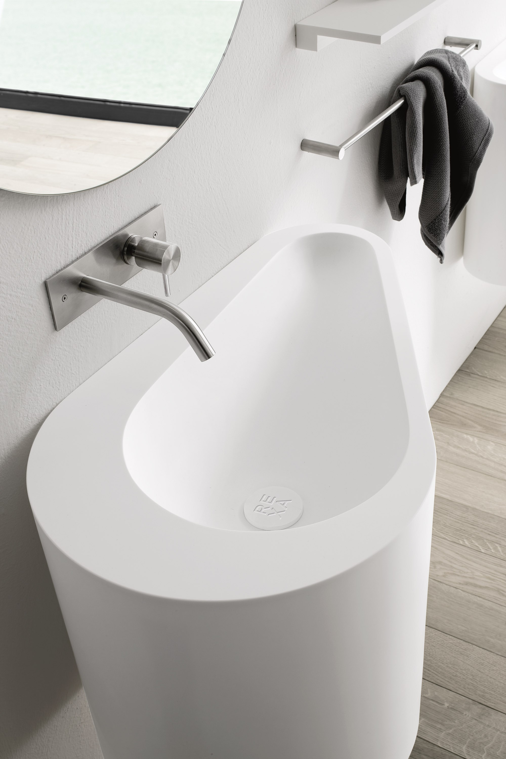 Rubinetto per lavabo a muro collezione brezza by rexa design design rexa design studio for Lavabo design
