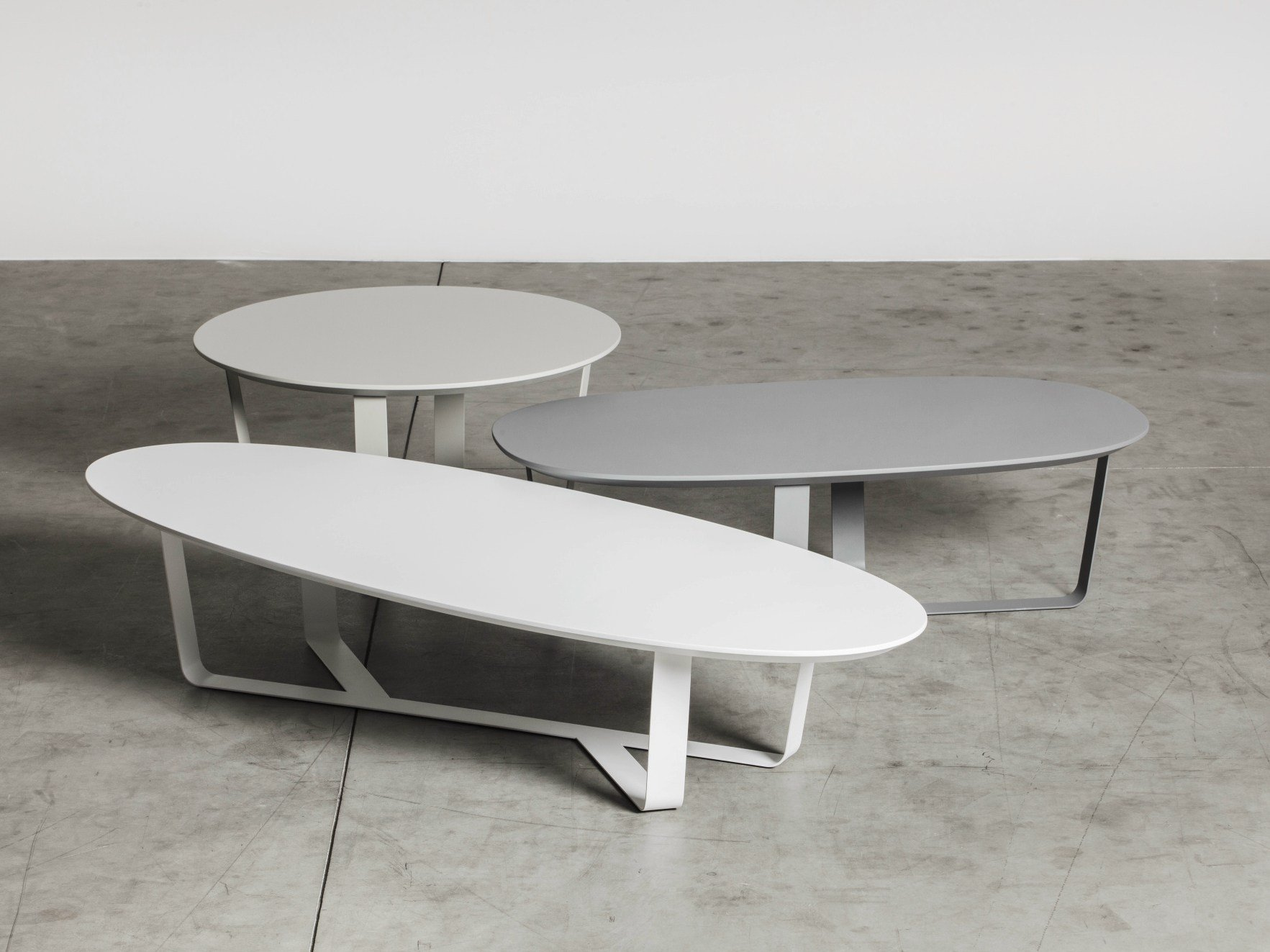 Low powder coated steel coffee table bino oval coffee - Table basse ovale blanche ...