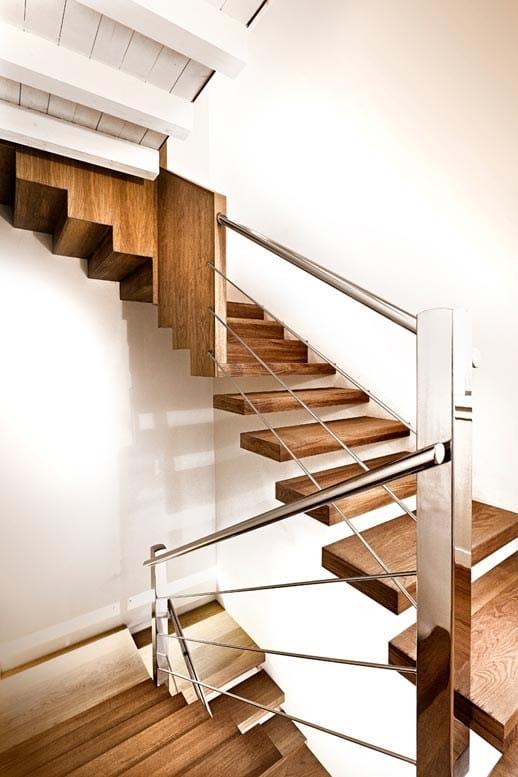 escaleras voladas de madera
