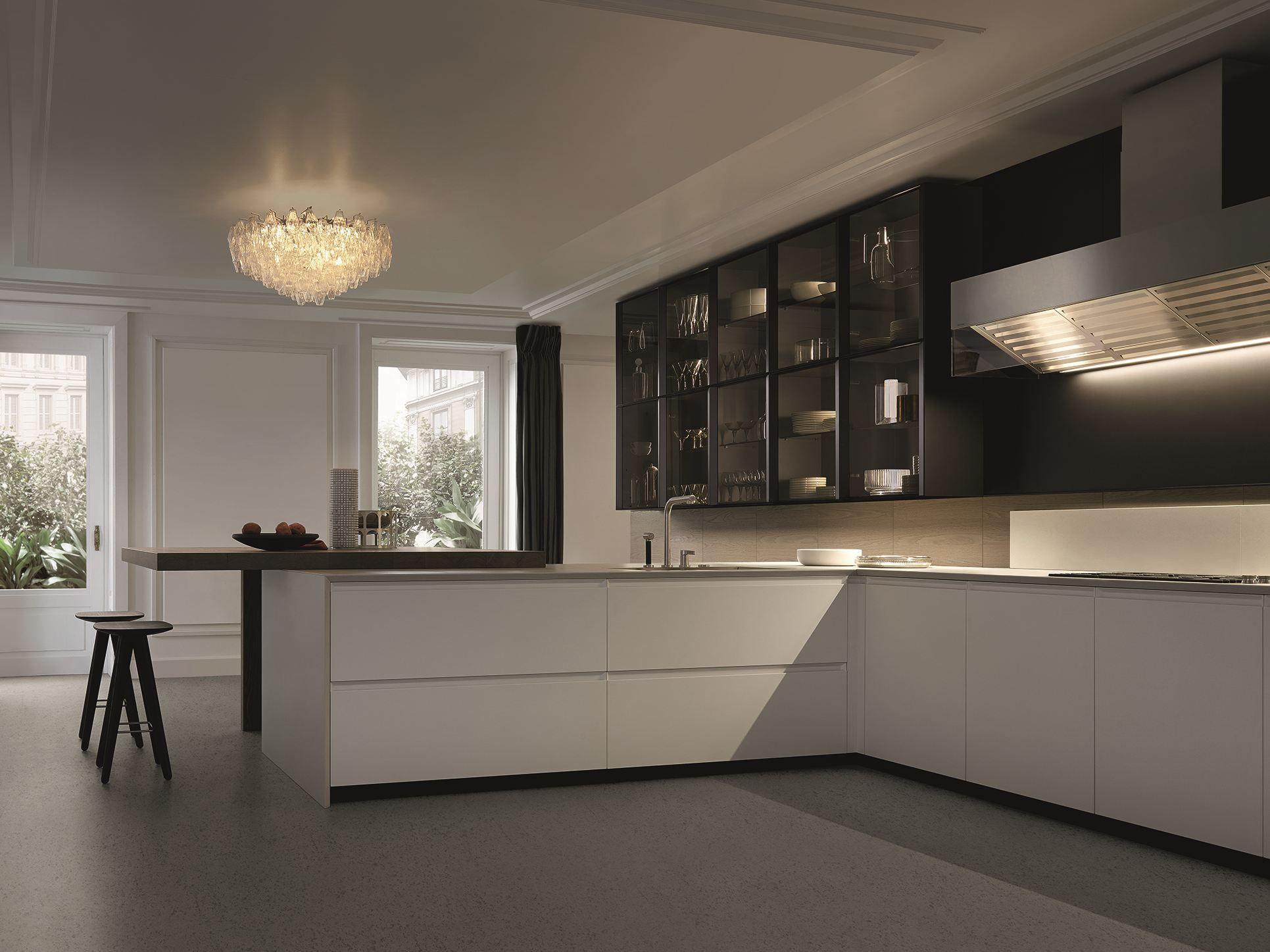 Cucina laccata con maniglie integrate con penisola trail by varenna by poliform design carlo - Arrital cucine rivenditori ...