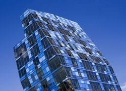 Una architettura blu nello skyline di New York
