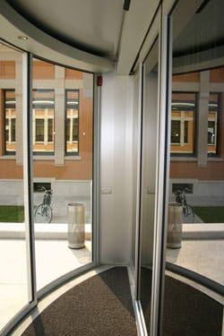 La porta scorrevole curvilinea Ditec per Milano Santa Giulia