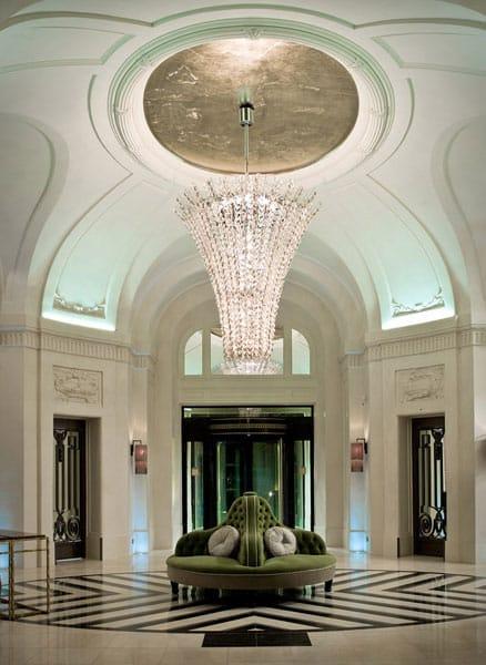 Andromeda illumina il Trianon Palace Hotel di Versailles