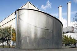 A Berlino il padiglione in vetro e lamiera forata Mevaco