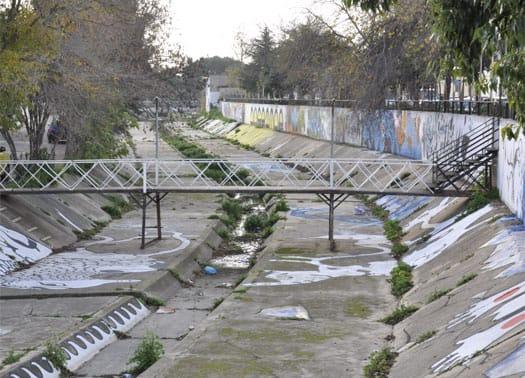 Un ponte pedonale sul Rio Concias in provincia di Cagliari