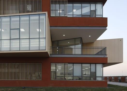 Trasparenze ed essenzialità per la nuova scuola di Vector Architects