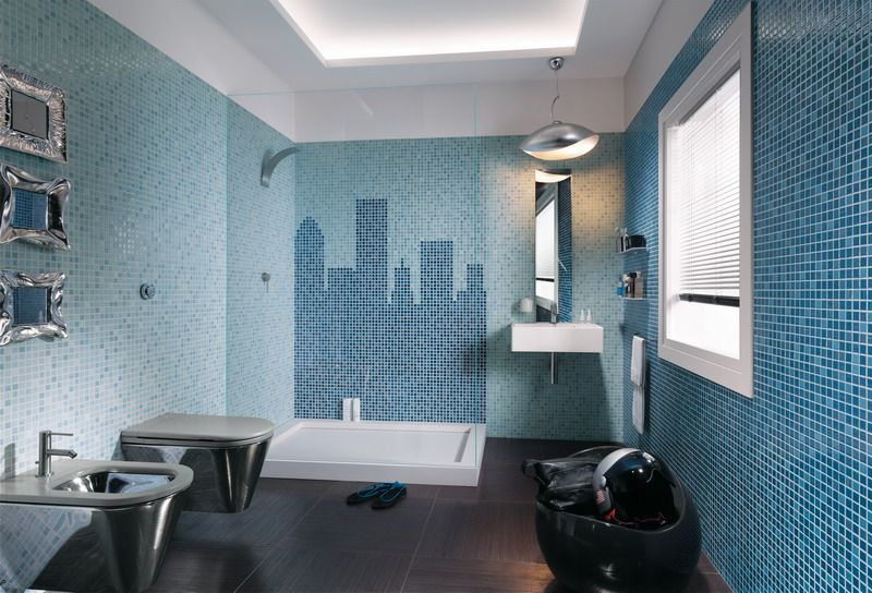Bagno blu e bianco bianco vasca lavello u foto stock
