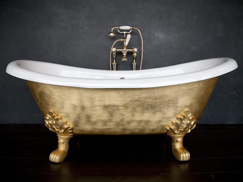 Vasca Da Bagno Antica : Giovane bella donna in un antica vasca da bagno u foto stock