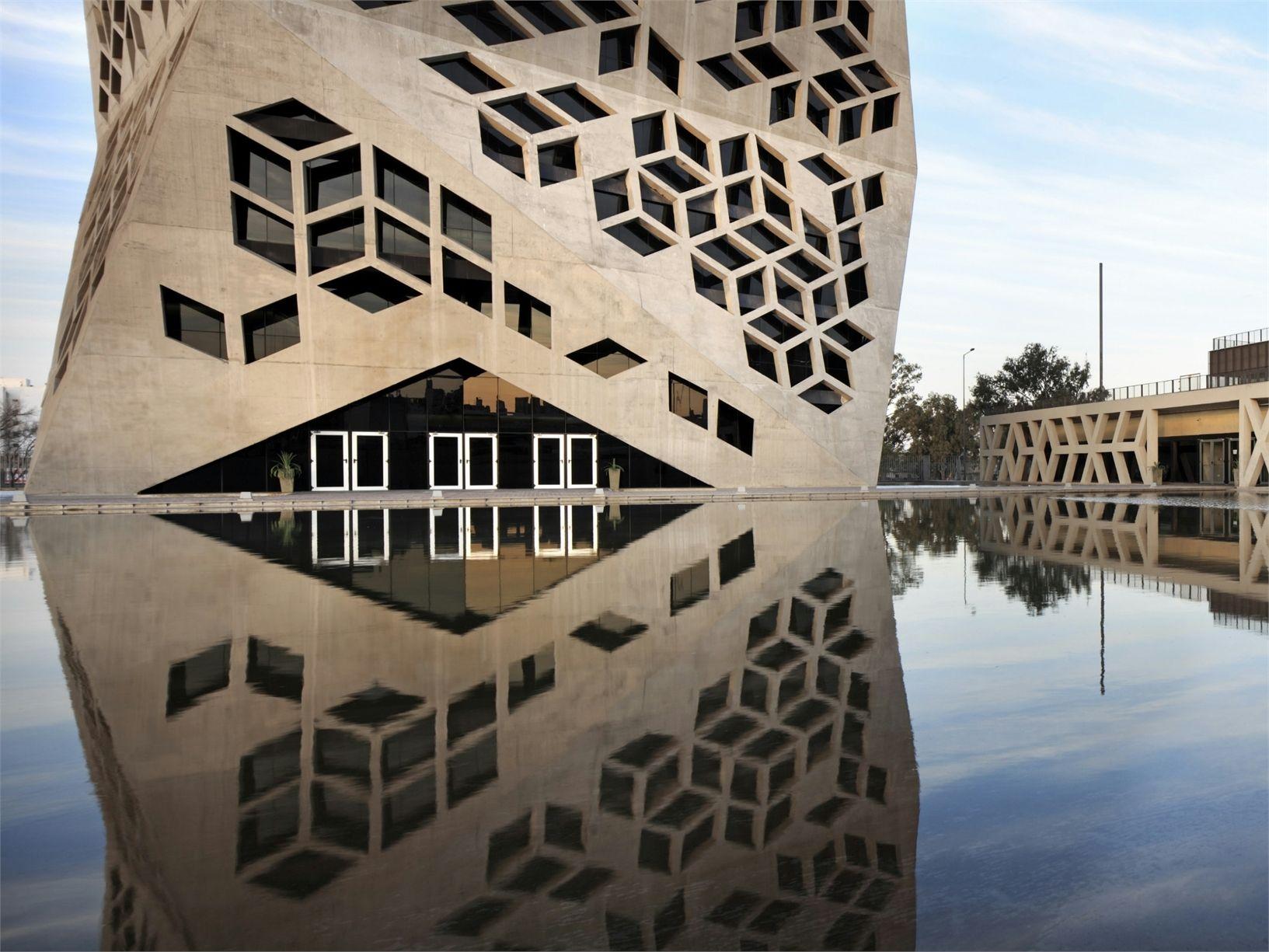 Un prisma monolitico sfaccettato per il Centro Civico di Córdoba