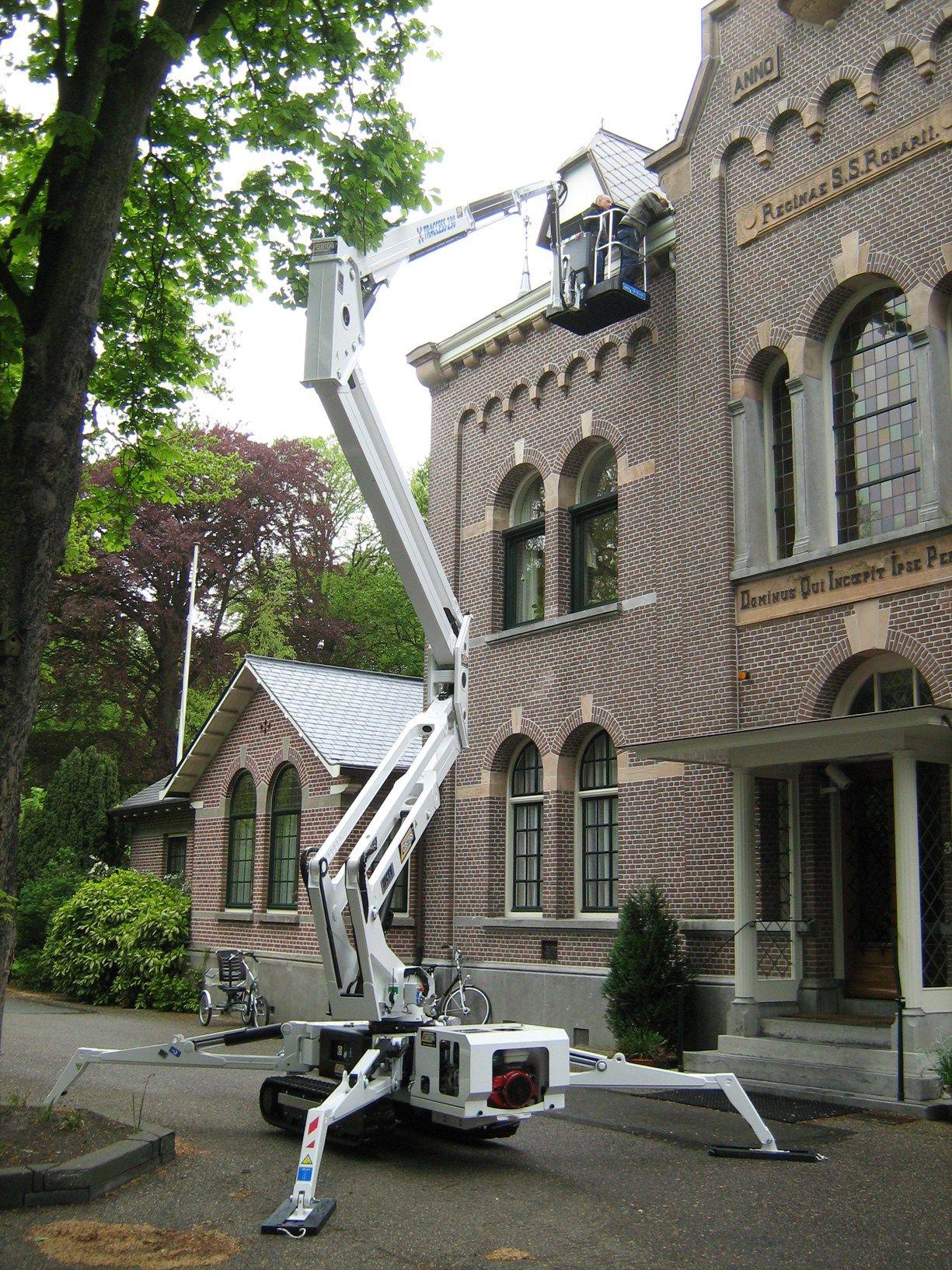 Un ragno Traccess 230 di CTE all'opera  per un antico monastero olandese