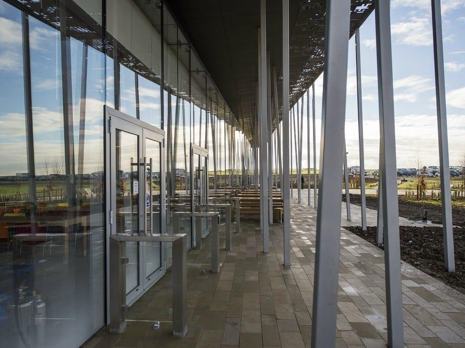 Un ingresso in vetro e acciaio accoglie i visitatori di Stonehenge