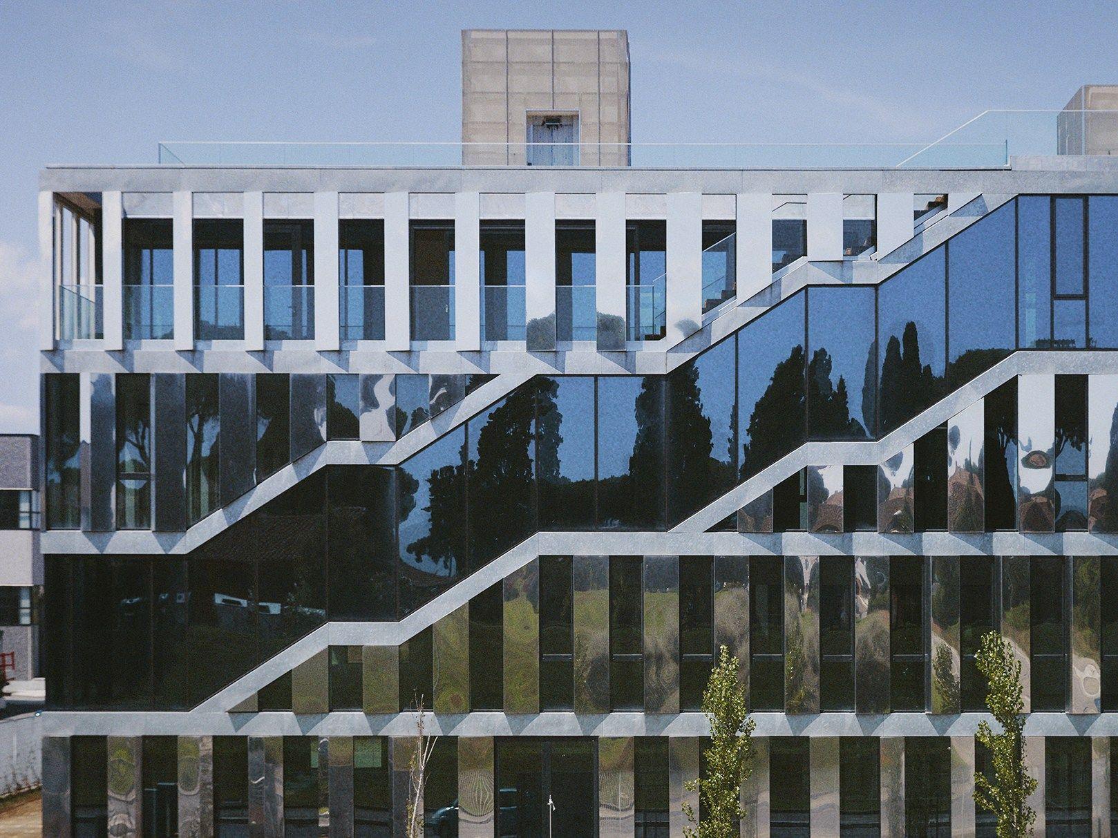 Acciaio riflettente e vetro per l'Intecs spa headquarters