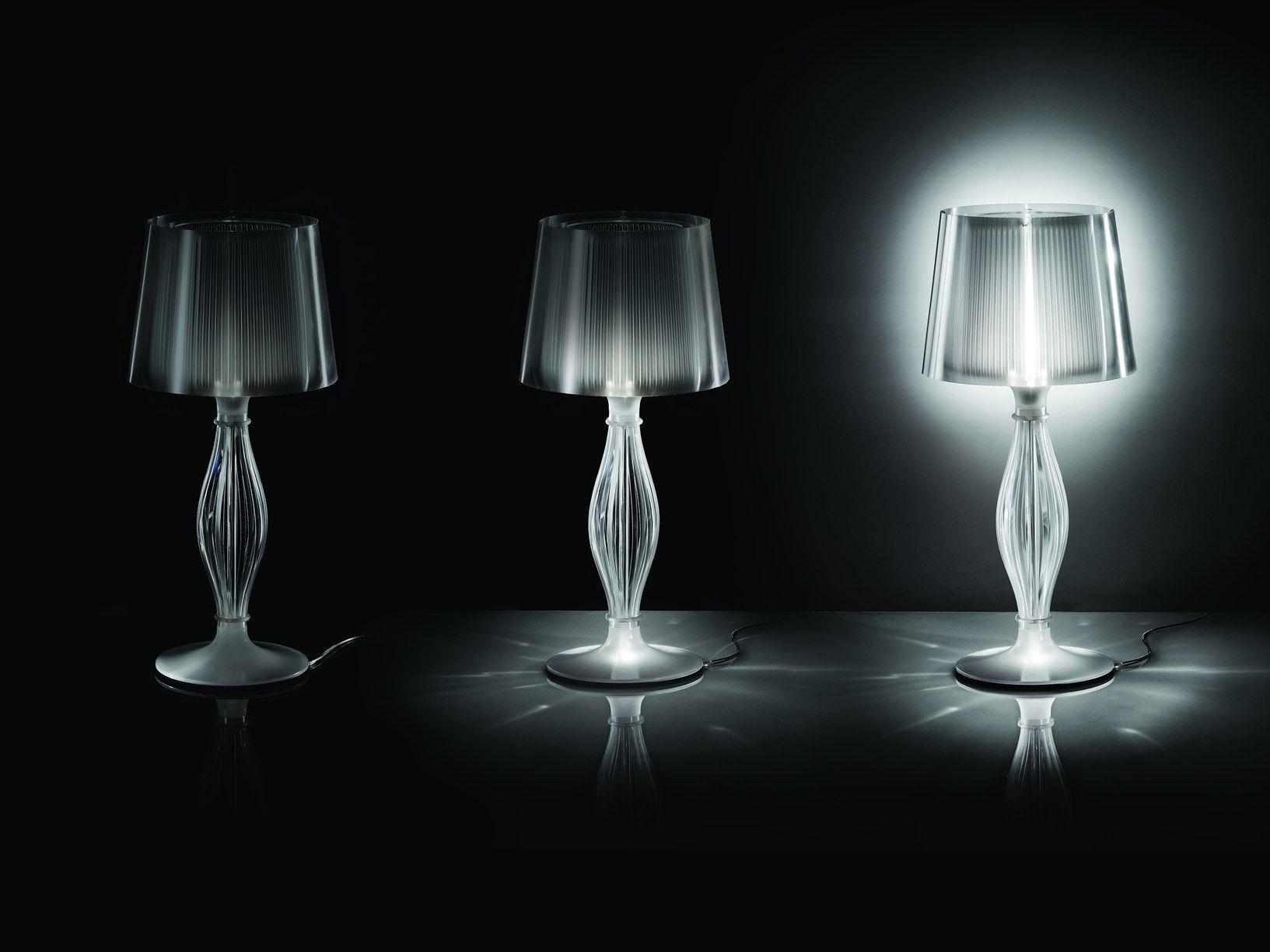La lampada in cristallo da tavolo reinterpretata attraverso l uso