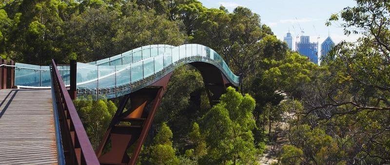 Q-railing: un ponte ad arco in vetro ed acciaio in Australia