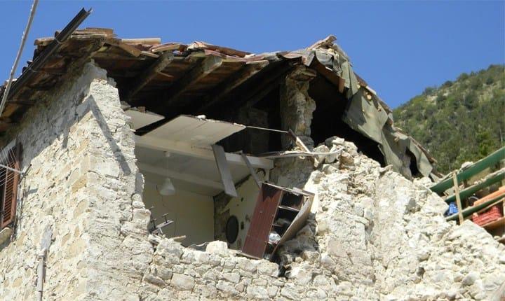 Terremoto, l'occhio dei tecnici sugli edifici colpiti