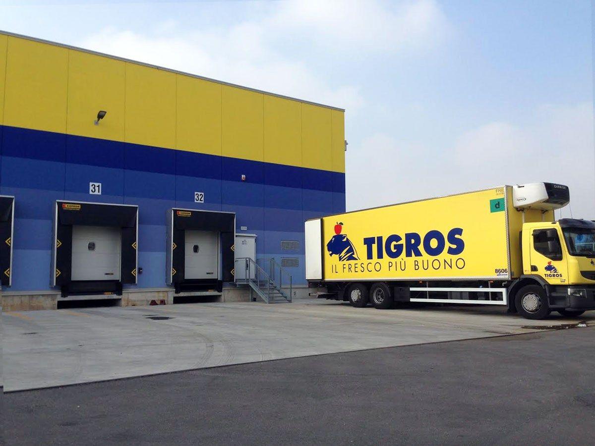 Salto di qualità per Tigros, nuova logistica che comprende baie di carico e portoni sezionali by Kopron