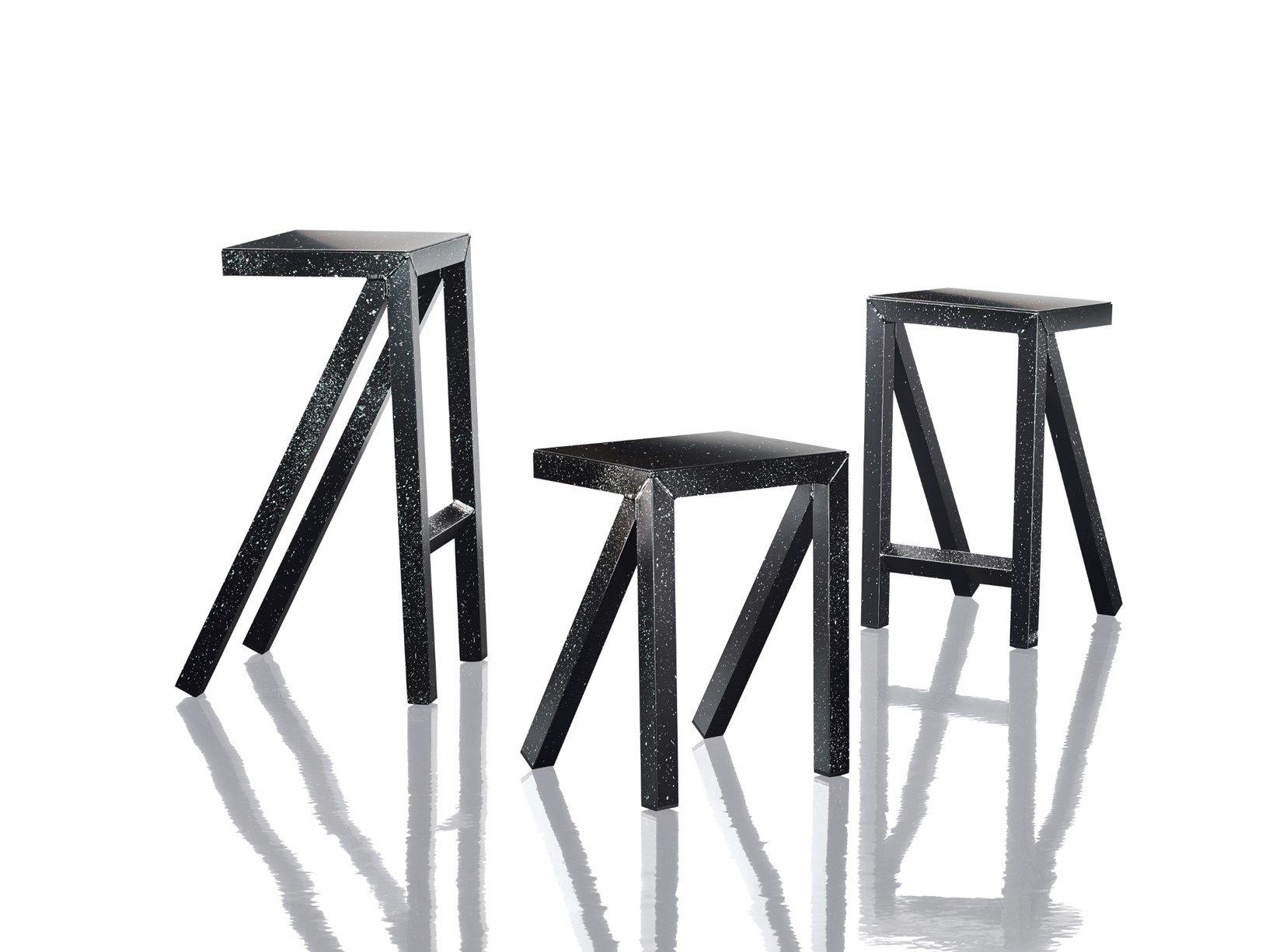 Una linea grafica ed essenziale disegna tavoli sgabelli alti e bassi