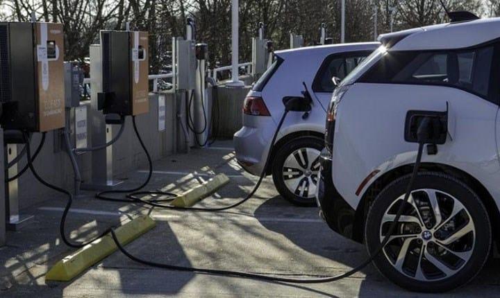 Colonnine per la ricarica delle auto elettriche, da Legambiente la proposta di incentivarle