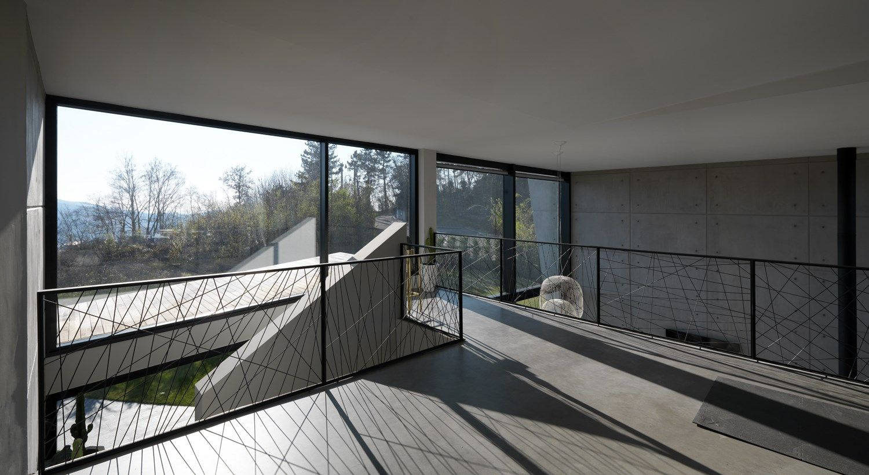 Un'architettura scultorea e luminosa immersa nella natura
