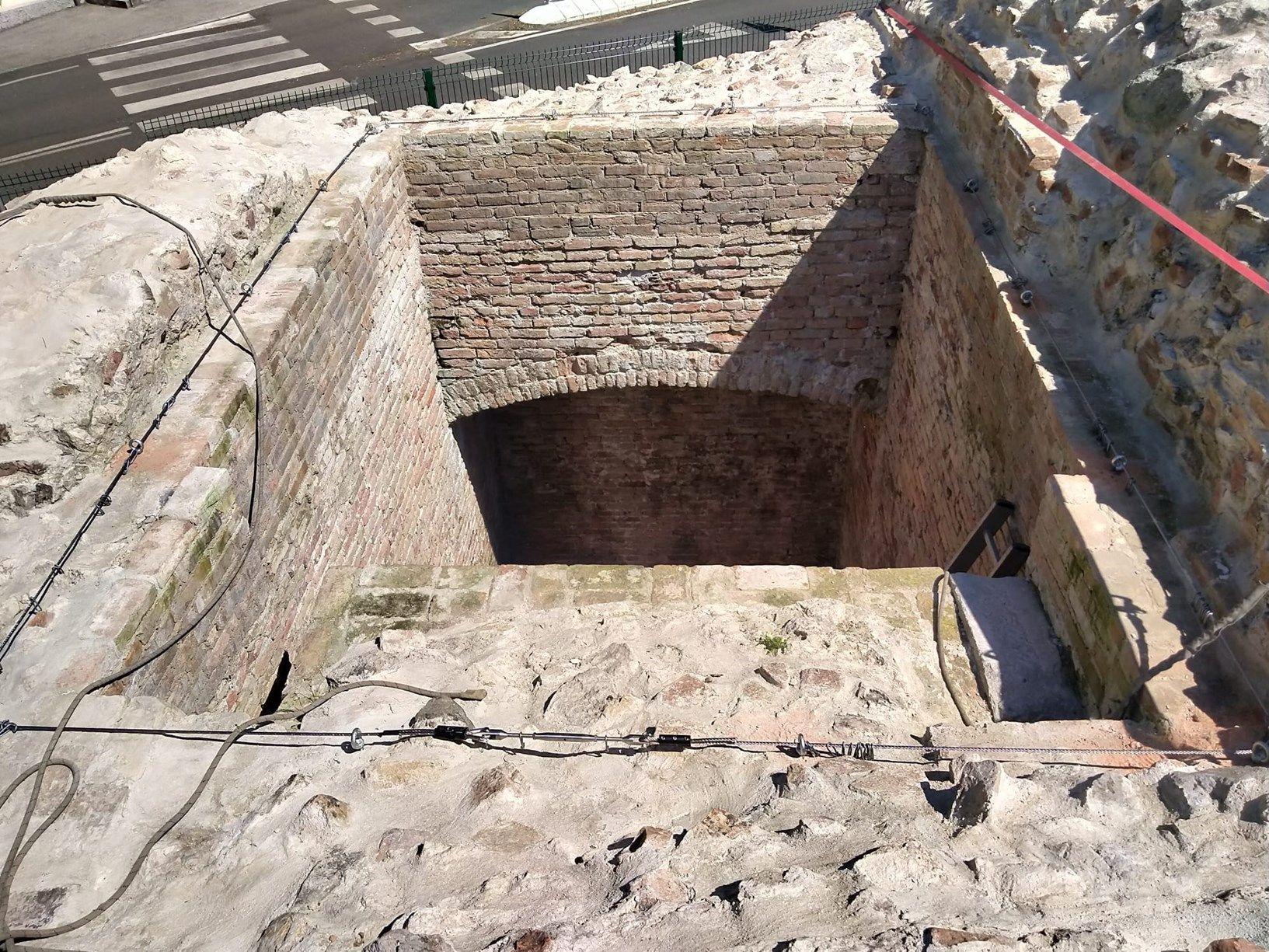 La fossa presente sulle mura medievali
