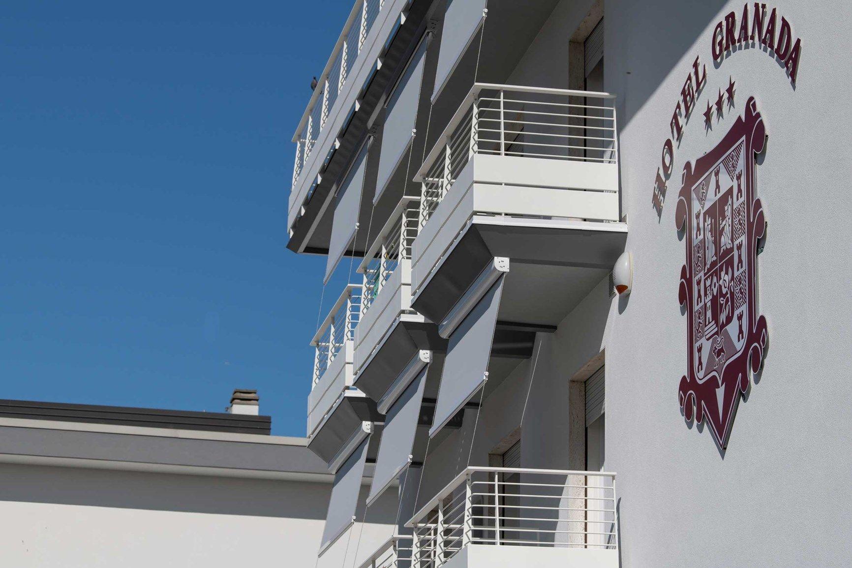 Le tende a rullo Screeny di KE rinnovano e proteggono la facciata dell'Hotel Granada, a Jesolo (VE)