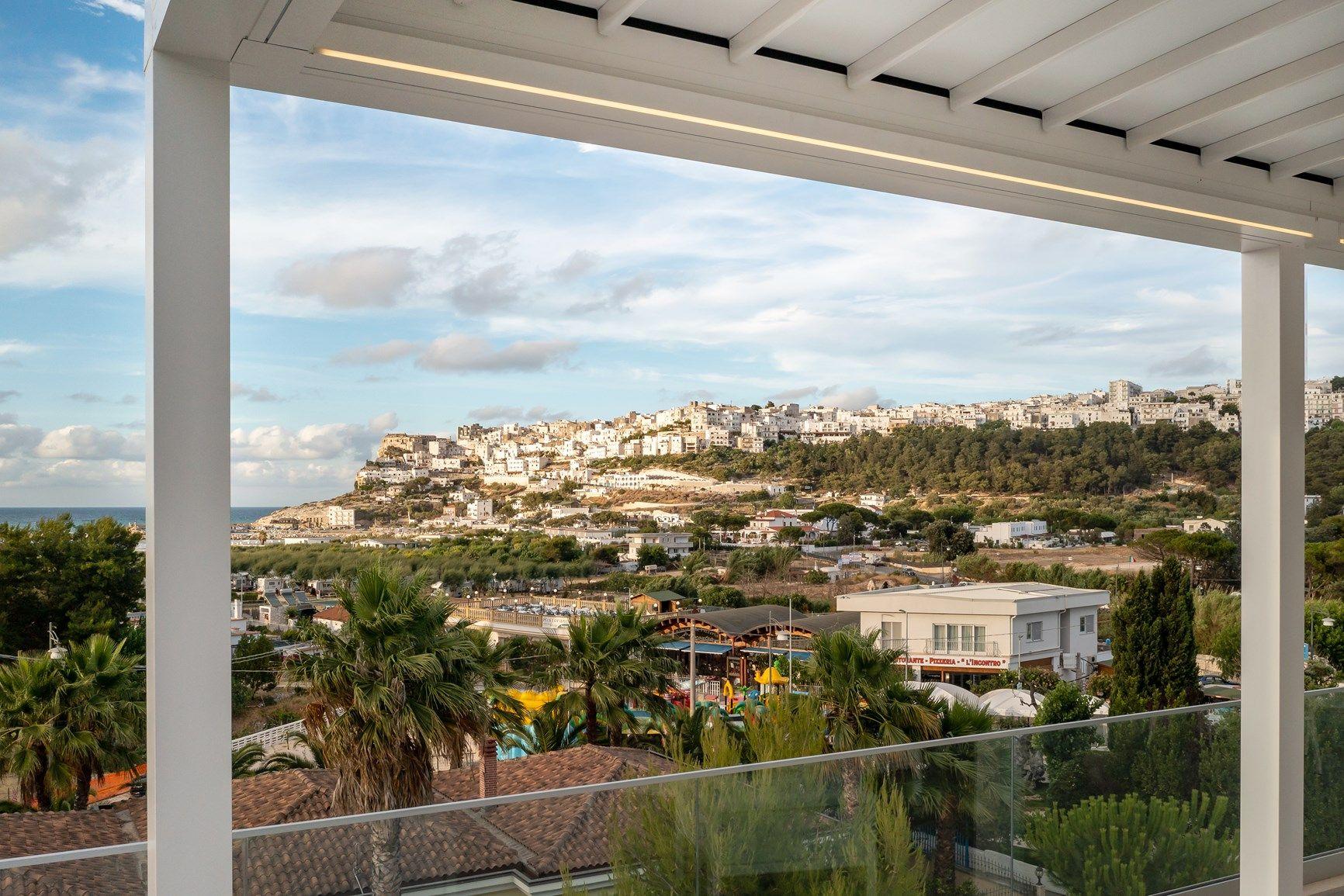 Le pergole KE ridisegnano l'area outdoor dell'Hotel Valle Clavia, nel Gargano