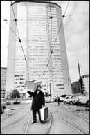 Immigrato sardo davanti al Grattacielo, 1968, foto Uliano Lucas