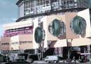Installazione pubblicitaria davanti al cantiere, 1958, foto Giorgio Calcagni, courtesy of Fondazione Pirelli