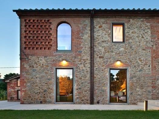 Nella campagna lucchese il casale restaurato da mide for Case realizzate da architetti