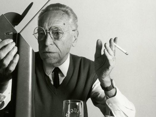 Achille Castiglioni con la lampada Gibigiana
