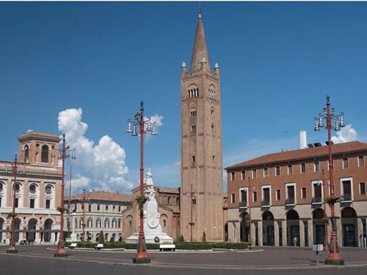Forlì, Piazza Aurelio Saffi_ Claudio Giovanni Colombo © 123RF.com
