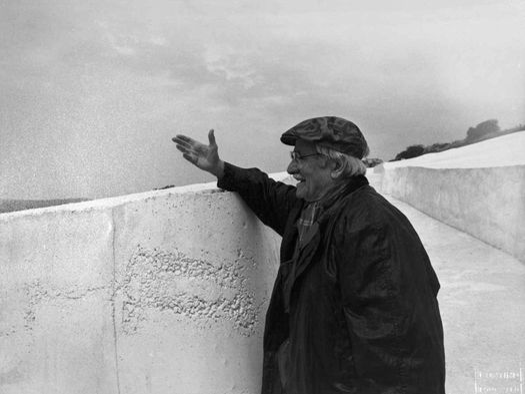 Alberto Burri, presso il Grande cretto di Gibellina, 1987. Foto di Vittor Ugo Contino