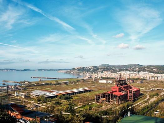 Panorama sul golfo di Napoli, Bagnoli, Pozzuoli e la vecchia zona industriale vista dalla collina di Posillipo - lauradibiase©123rf.com