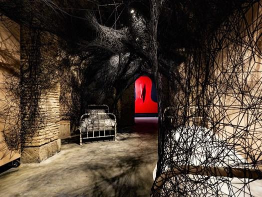 Chiharu Shiota, Sleeping is like Death, 2019. Courtesy Collezione Jacorossi, Roma