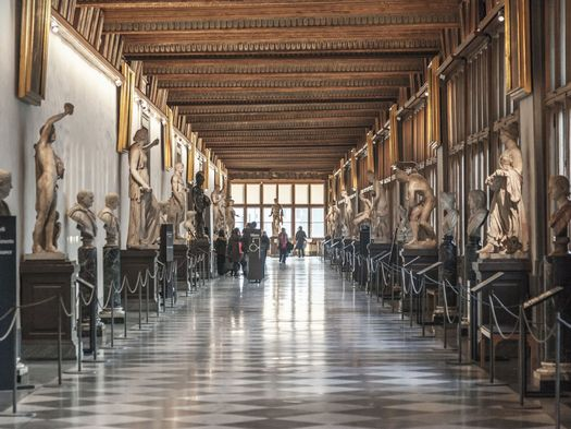 Corridoio alla Galleria degli Uffizi a Firenze_123rf_Ph. satina