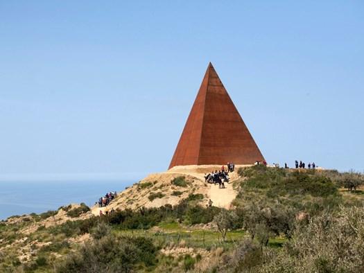 La piramide 38mo parallelo – Mauro Staccioli