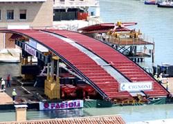 Venezia: le due sponde del Canal Grande unite dal quarto ponte