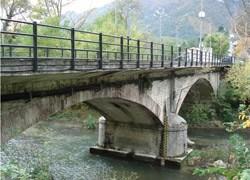 Un ponte pedonale sul fiume Esino a Genga