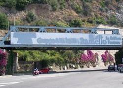 Ventimiglia decora la travata metallica ferroviaria