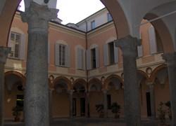 Navello - cortile porticato di Palazzo Recalcati (finestre Navello)