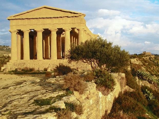 Una passerella sospesa sulla Valle dei Templi di Agrigento