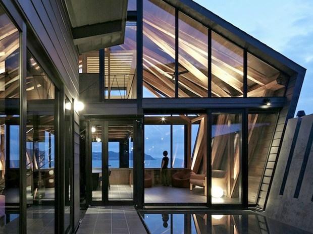 Villa SSK: un volume spigoloso aperto sull'Oceano