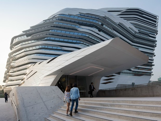 Zaha Hadid completa la Jockey Club Innovation Tower