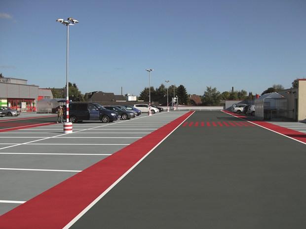 Impermeabilizzazione e rivestimento con segnaletica di parcheggio, con sistemi Triflex