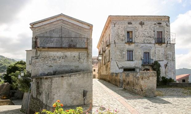 Belmonte Calabro, da borgo spopolato ad albergo diffuso